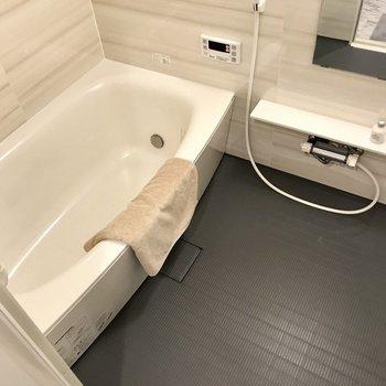 ゆったりとしたお風呂。なんと追焚付き。のんびり長風呂できますね◎(※写真は2階の同間取り別部屋、モデルルームのものです)