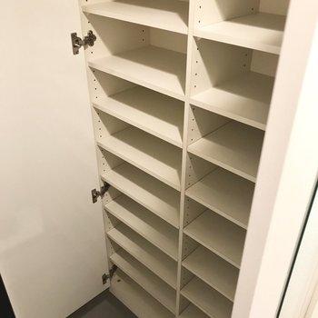 全身鏡付きのシューズBOX、これだけあれば靴もたくさん入りますね。(※写真は2階の同間取り別部屋、モデルルームのものです)