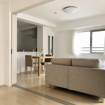 洗練された真っ白な空間。(※写真は2階の同間取り別部屋、モデルルームのものです)