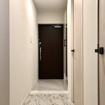 玄関もすっきりと。お部屋の雰囲気とぴったり。(※写真は2階の同間取り別部屋、モデルルームのものです)