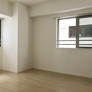 続いて玄関側の洋室。こちらは正直暗め。ただ窓があるので換気はばっちり。(※写真は2階の同間取り別部屋、モデルルームのものです)