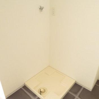 お風呂の入り口に洗濯機置き場が