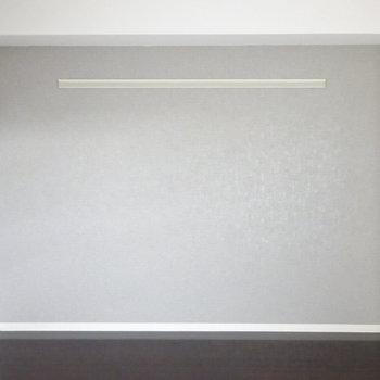 南側の壁はグレーのアクセントクロス。