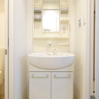 洗面台は脱衣所に。
