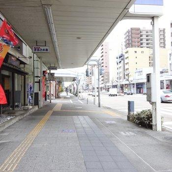 マンションへは商店街を通ります。