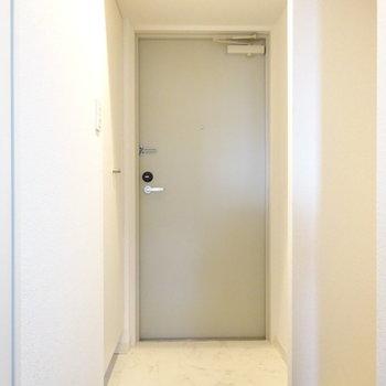 玄関の横に洗濯機置場があります。
