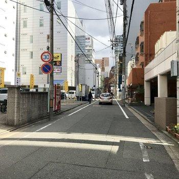 大通りから1本入ったら少し静かな道になります。