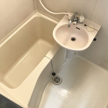 お風呂は2点ユニット。窓付きだし高い位置にシャンプーラックあり◎ (※写真は清掃前のものです)