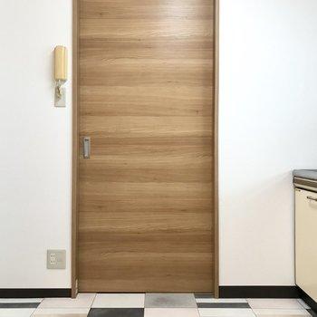 玄関とも仕切りがあるので安心ですね。 (※写真は清掃前のものです)