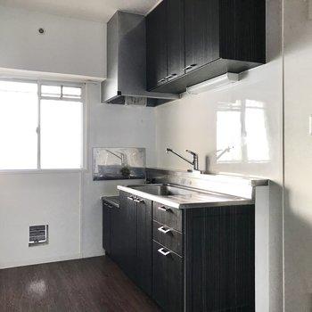 キッチンはレトロですがかっこいいブラック。 (※写真は保修前のものです)