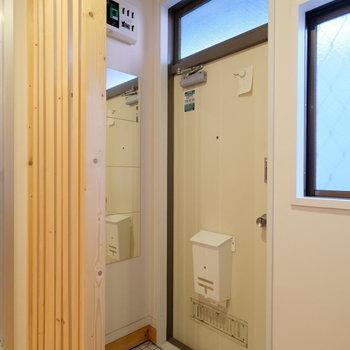 玄関は白いタイルで明るく!※写真は前回募集時のものです