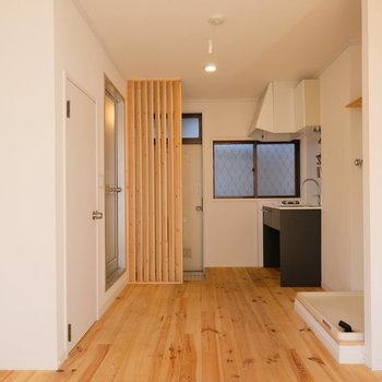 玄関前までパインの無垢床が広がります※写真は前回募集時のものです