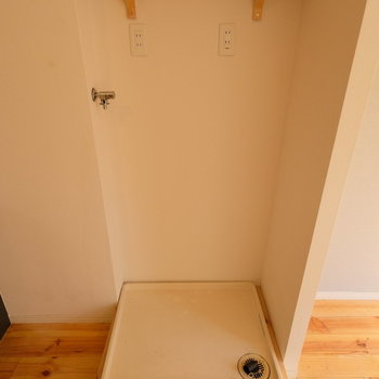 洗濯機置場にもちょっとした棚を設置しています!※写真は前回募集時のものです