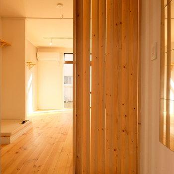 玄関は目隠しのルーバーがあるので、安心!※写真は前回募集時のものです