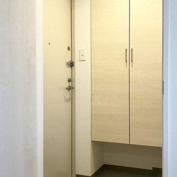 玄関はちょっと狭めで