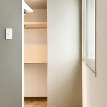 寝室の奥は収納スペース!
