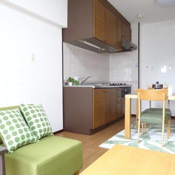 木目がオシャレなキッチン。横に冷蔵庫が置けます!(※写真はモデルルームです)