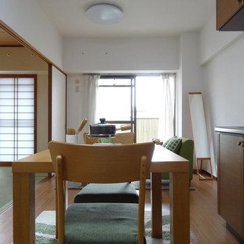キッチン後ろには小さなダイニングテーブルが置けるよ!食器棚やキッチン家電を置いても◎(※写真はモデルルームです)