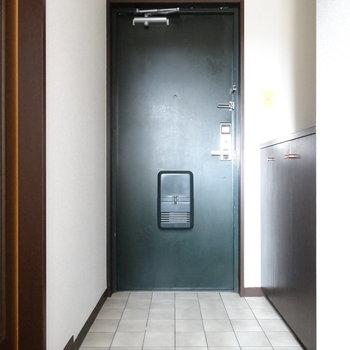 玄関はシック。土間部分も広いのがいいね!(※写真はモデルルームです)