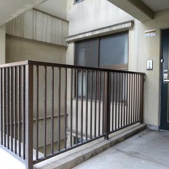 洋室の窓前の吹き抜け。窓が共用廊下に直接つながっていないのは嬉しいよね!