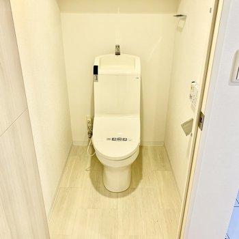 トイレはウォシュレット、収納棚付き。
