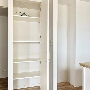 キッチン横の収納は調味料などのストックを。