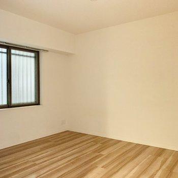 7帖の洋室は寝室に。ダブルベッドやデスクなども置けそうです◎
