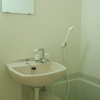 お風呂場も明るく清潔※写真は2階の同間取り別部屋のものです
