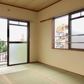 こちらはバルコニー側の和室6畳。2面採光で明るいんです。