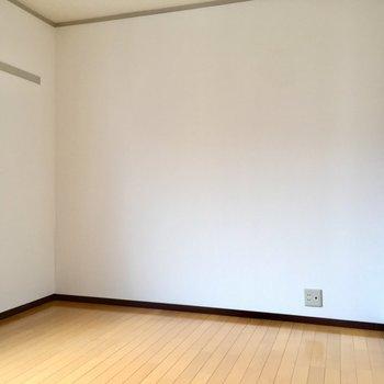 こちらは玄関横の洋室6帖。