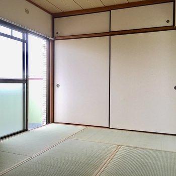こちらはキッチン側の和室6畳。