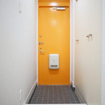 玄関扉が鮮やかなオレンジ!