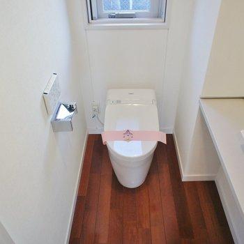 トイレ、タンクレスで手洗い付きで、窓まで。