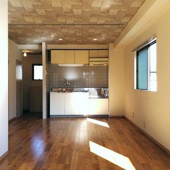 LDK部分からキッチンが見えます