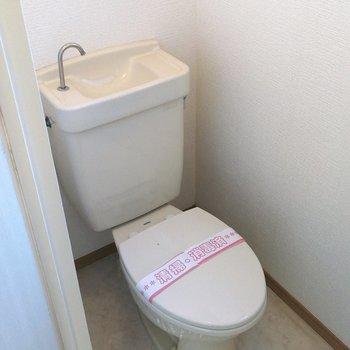 トイレは玄関のそばにあります