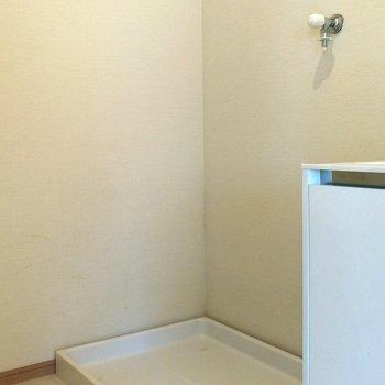 隣に洗濯機置場があります