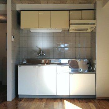 キッチン。右側に冷蔵庫などを置くのがいいですね