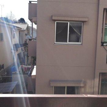 目の前に建物がありますが背は低いので、光が届きます
