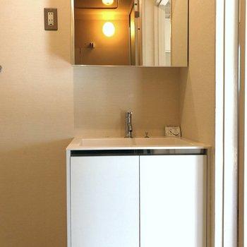 さて水まわり!鏡の中も収納の洗面台です