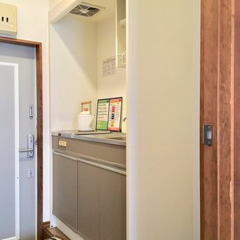 キッチンは廊下。冷藏庫隣に置けます!(※小物は見本です)