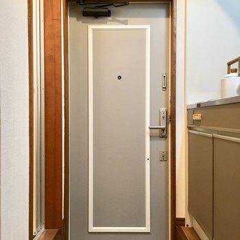 玄関扉の色と線かわいい。(※小物は見本です)