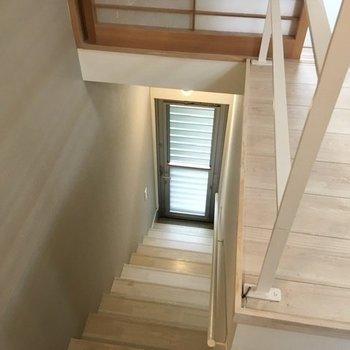 玄関は階段を降りたところに。