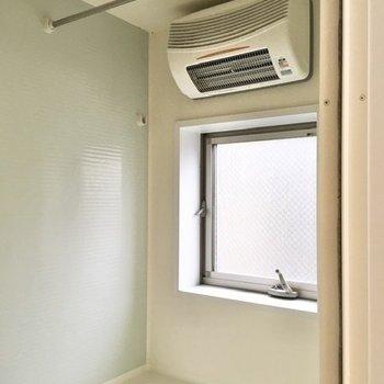 浴室乾燥機や小窓がついているので、湿気対策は十分と言えそうです。