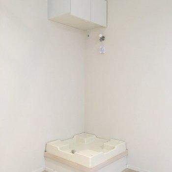 向かいには洗濯機置き場が設置済。上部ラックに洗剤等を