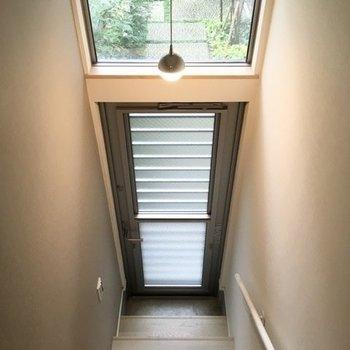 開放的ですね。天井から垂れるライトが良い味を出してます。