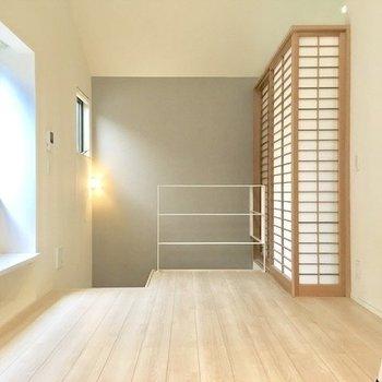 居室は玄関から階段を登った場所にあります。奥の和室は後ほど。