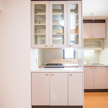キッチンには備え付けの食器棚があります※写真は2階の同間取り別部屋のものです