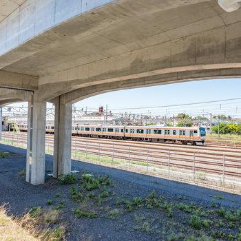 なんと共用部からは中央線が丸見え! 停車している電車を眺めることができますよ