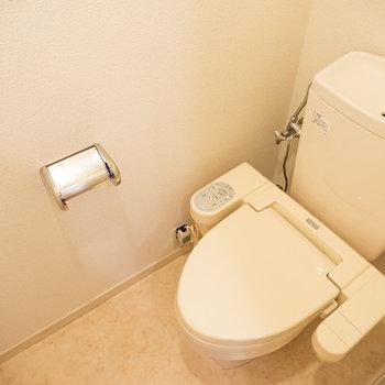 トイレは嬉しいウォシュレット付き※写真は2階の同間取り別部屋のものです