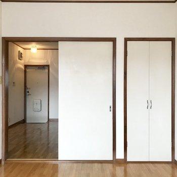 【洋室】右側の扉は収納に